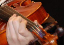 Kind spielt Violine